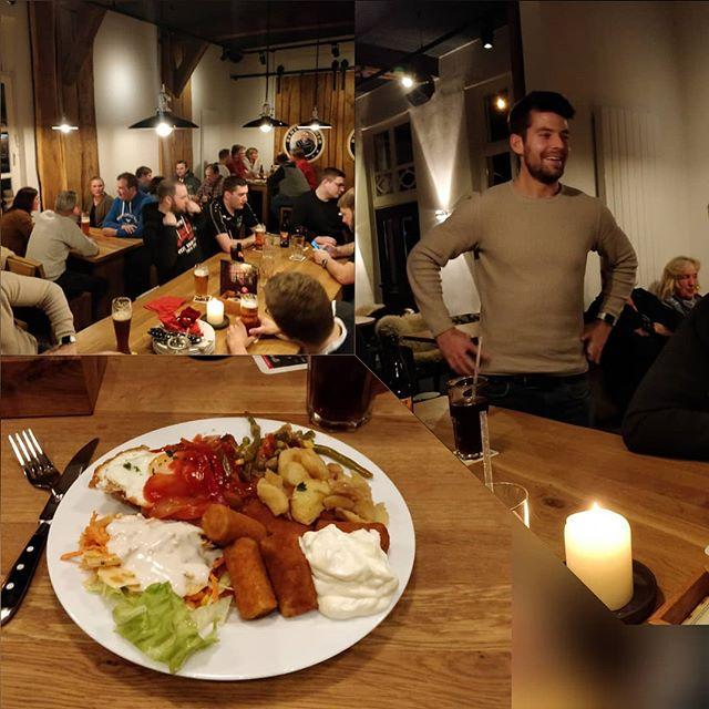 Am Sonntagabend haben wir uns vom Leitungsteam gemeinsam mit unseren Helfern, Küchenfrauen, Unterstützern und Sponsoren zum Abendessen getroffen.Da alle über die Feiertage fleißig geübt hatten, konnte heute nochmal gezeigt werden, wieviel jeder essen kann.Wir haben es alle ganz gut hinbekommen! Auf diesem Wege nochmal allen ein ganz herzliches Dankeschön für das Jahr und Lager 2019! Wir wünschen auch allen anderen ein erfolgreiches und gesundes Jahr 2020 und freuen uns bereits jetzt sehr auf das Jubiläumslager in diesem Jahr.